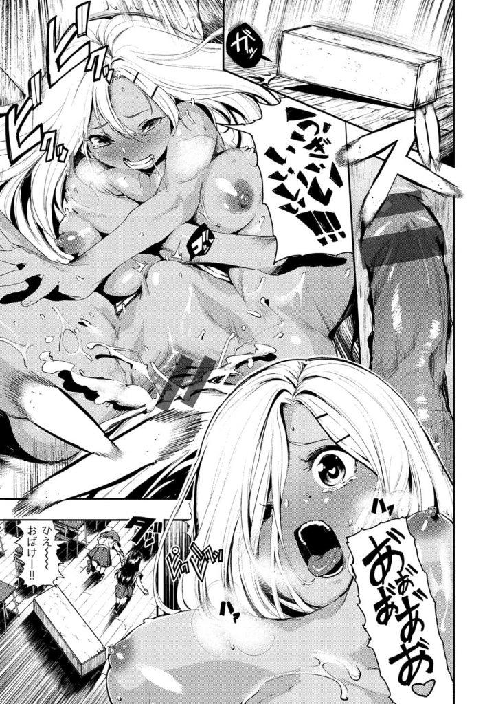 【ロッカー内SEXエロ漫画】秘かに委員長男子が好きな黒ギャルJK!わざと怒られて嬉しがる!チンポの前にしゃがみチンポを握り扱き出す!素直になれないJKはエッチに責めていく!【いつつせ】